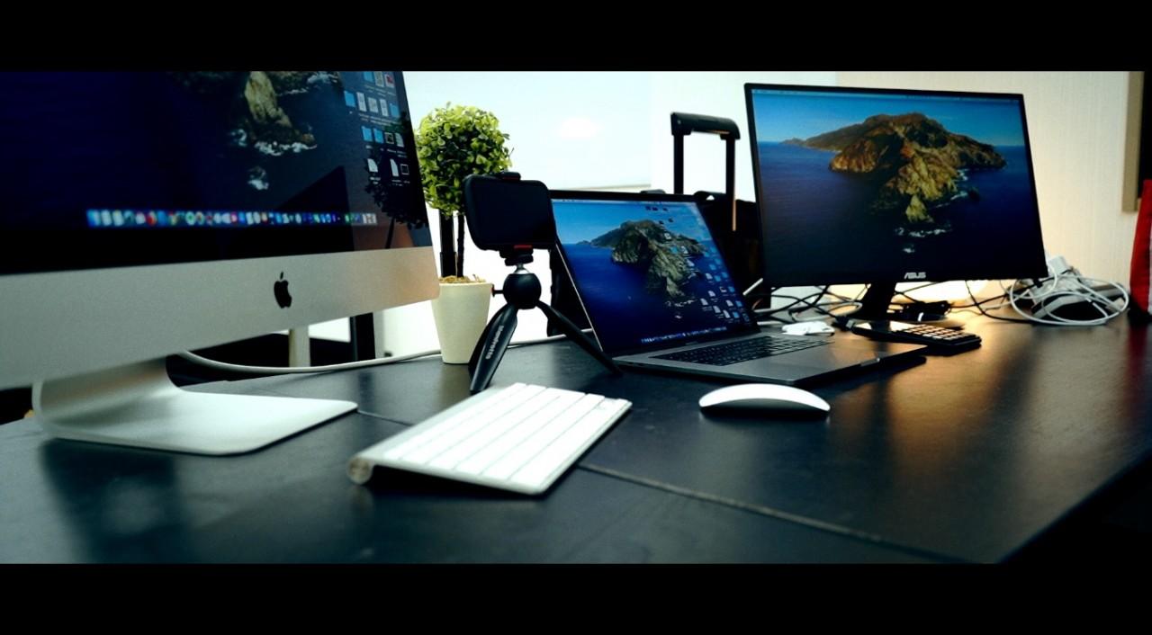 オフィスデスクをご紹介!Macに囲まれて、日々こんな感じで仕事してます^^