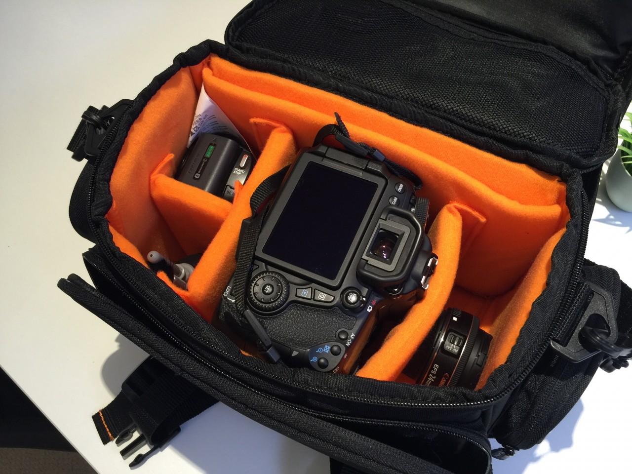 僕のカメラバッグをご紹介!Amazonベーシック ショルダーバッグ 一眼レフ用 Lサイズ ブラック(内装色オレンジ)